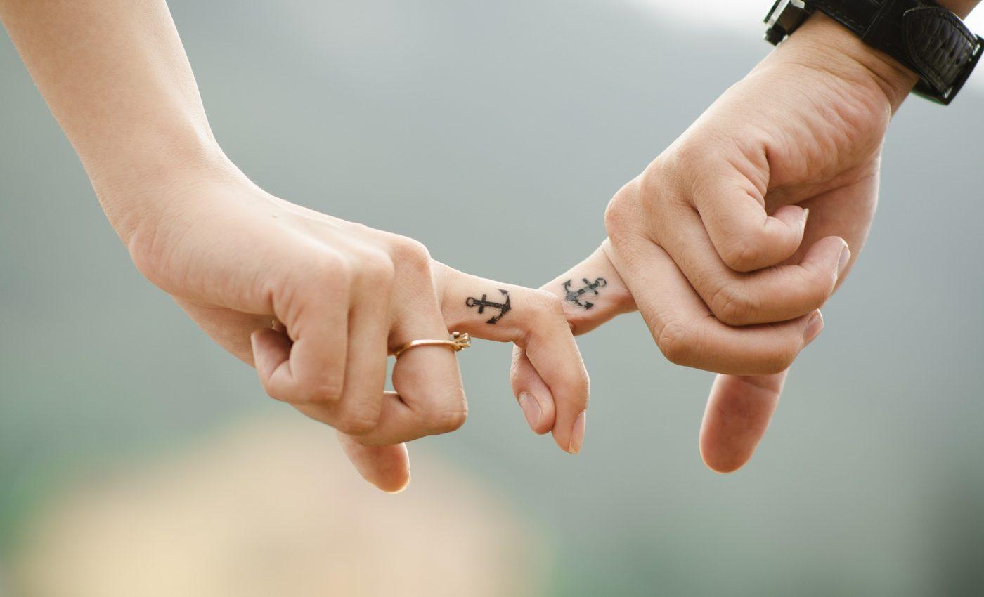 semne ca te iubeste - sfatulparintilor.ro - pixabay_com - hands-437968_1920
