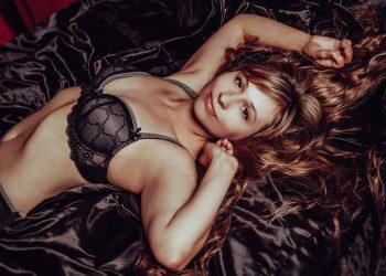 pozitii femei - sfatulparintilor.ro - pixabay_com - in-lingerie-2969981_1920