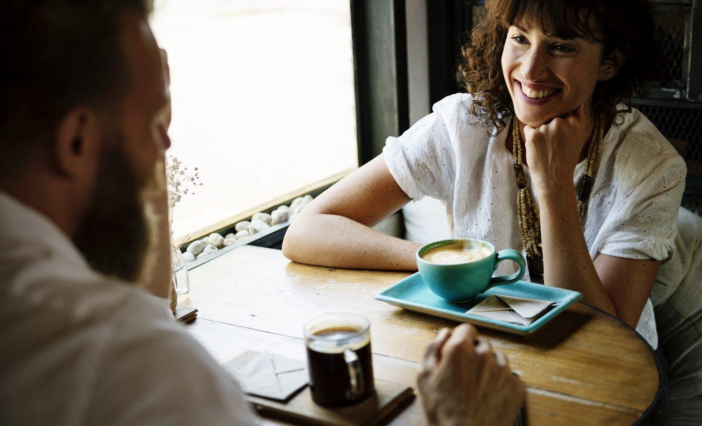 intrebari sa nu pui la prima intalnire - sfatulparintilor.ro - pixabay_com - cup-2884058_1920