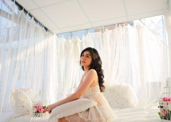Ce lenjerie intima ti se potriveste - sfatulparintilor.ro - pixabay-com - woman-in-white-sleeveless-dress-sitting-on-white-bed-3904473