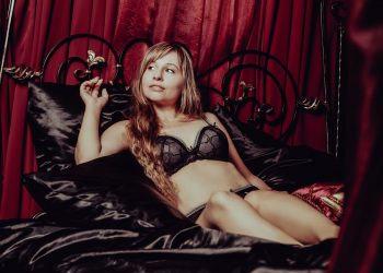 filme xxx - sfatulparintilor.ro - pixabay_com - in-lingerie-2969979_1920