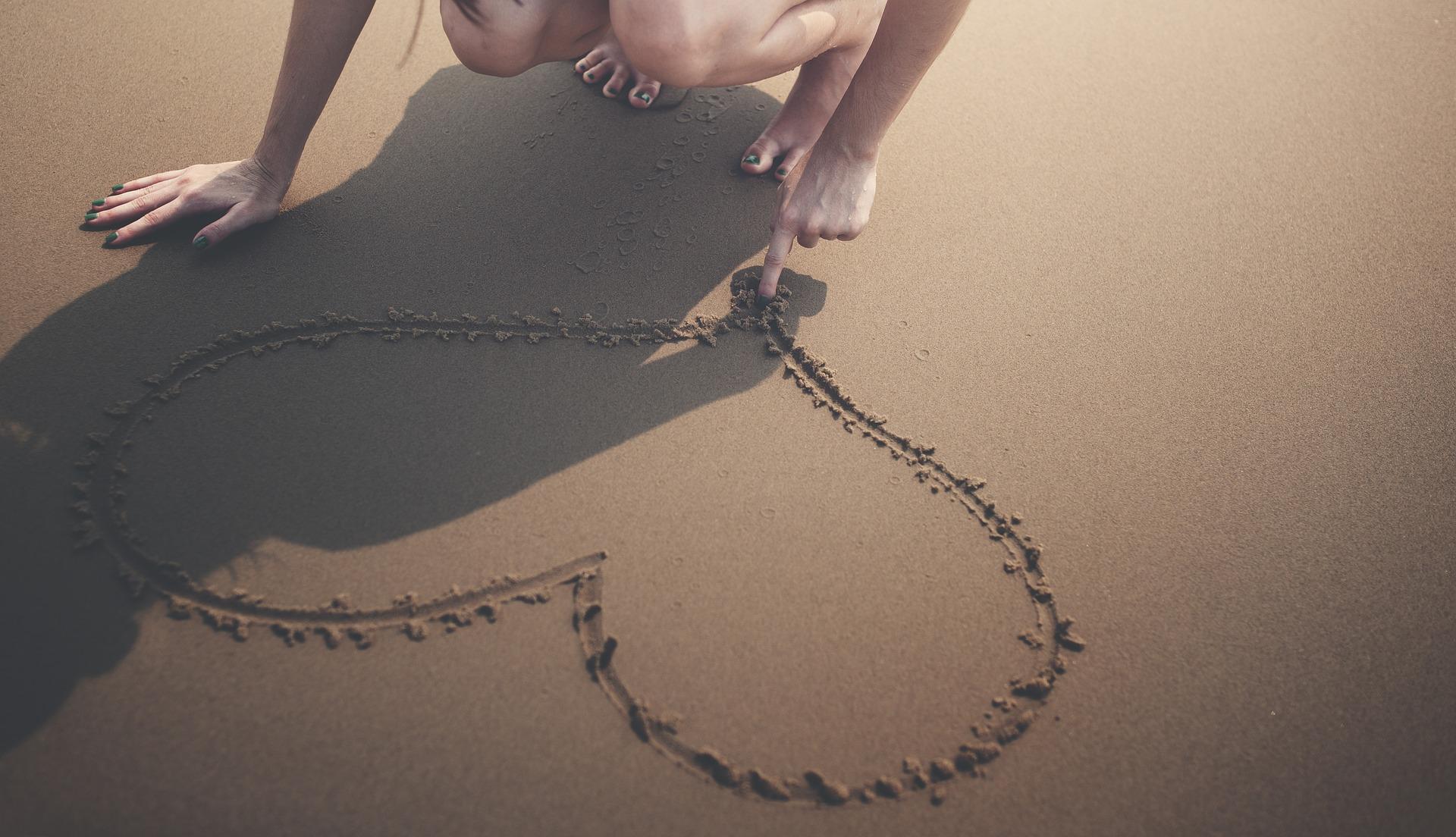 semne clare ca e indragostita de tine - sfatulparintilor.ro - pixabay-com - heart-1986105_1920