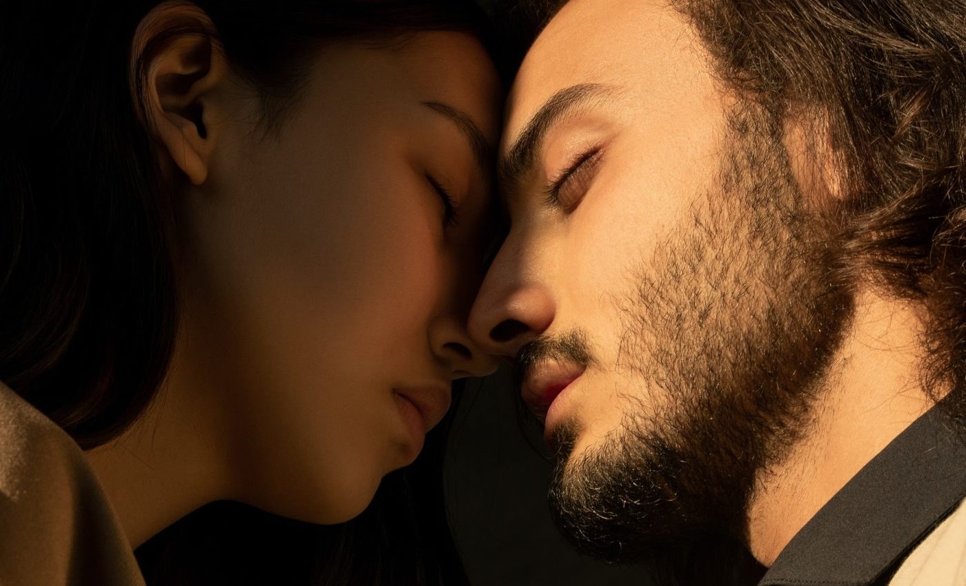 idila la birou - sfatulparintilor.ro - pexels_com - close-up-photo-of-couple-with-their-eyes-closed-facing-each-3754270