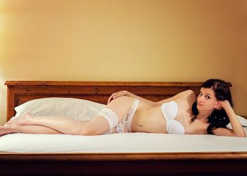 Cum sa iti dai seama daca te insala iubita- sfatulparintilor.ro - pixabay_com - sexy-1188532_1280
