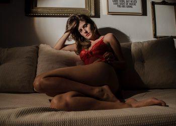 pozitii incitante - sfatulparintilor.ro - pexels_com - woman-in-red-lingerie-sitting-on-couch-919372