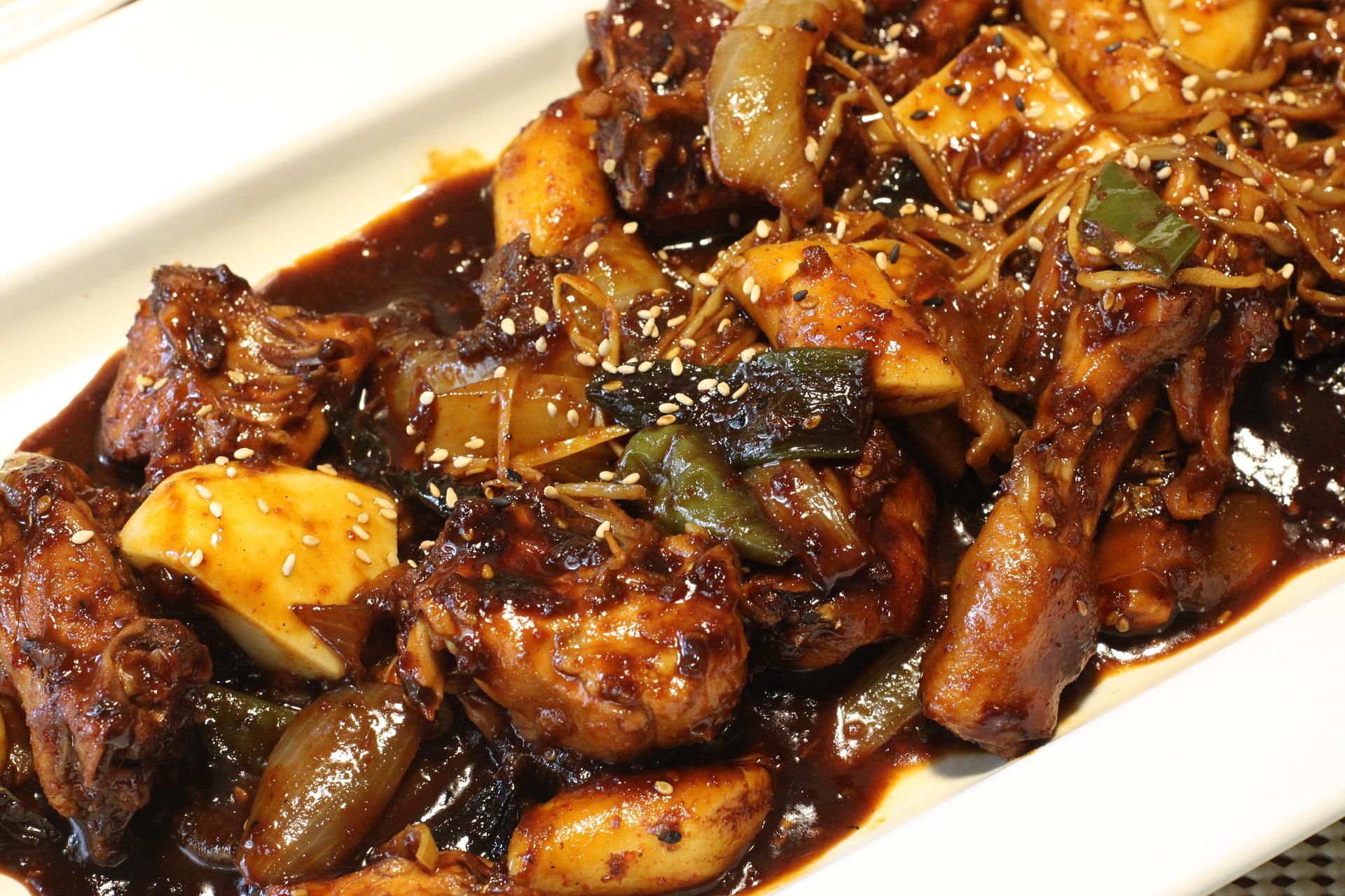 tocanita de pui - sfatulparintilor.ro - pixabay_com - steamed-chicken-2523140_1920