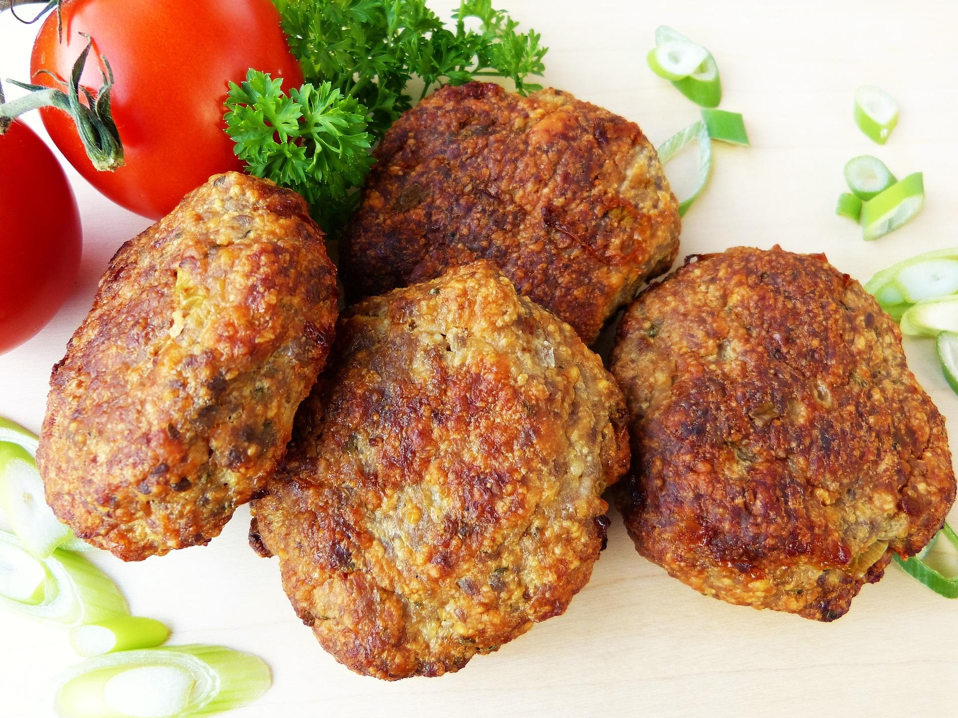 Chiftelute cu carne de porc - sfatulparintilor.ro - pixabay_com - meatballs-2023247_1920