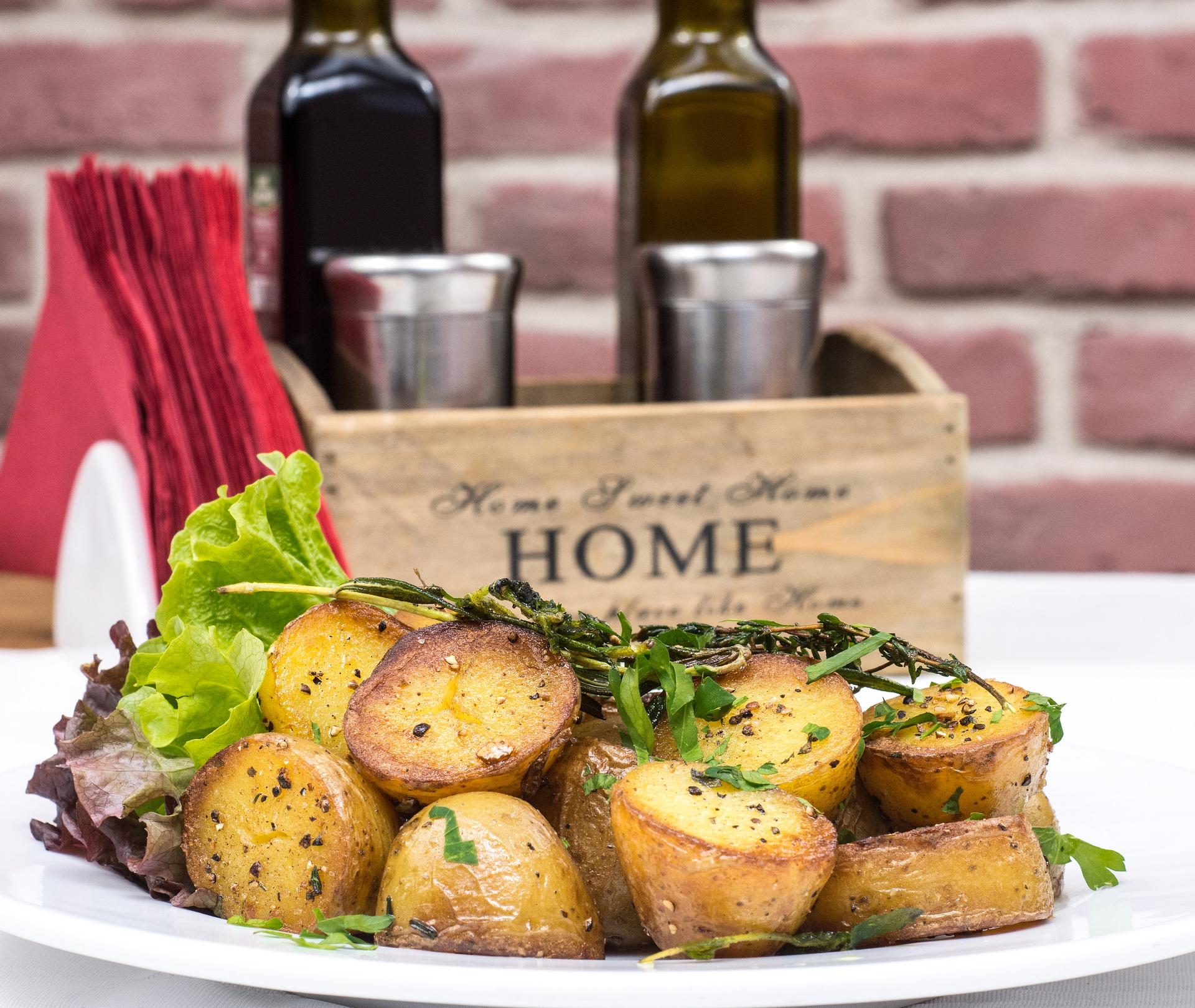 cartofi copti cu rozmarin - sfatulparintilor.ro - pixabay_com - baked-potatoes-2157201_1920