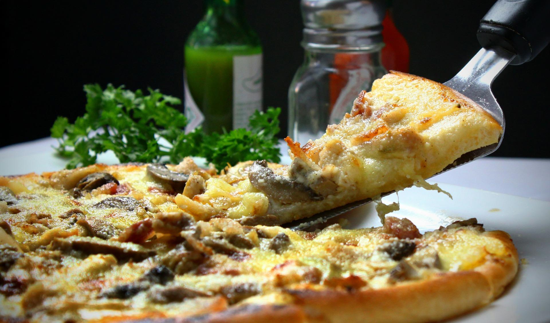Pizza de casa cu blat pufos - sfatulparintilor.ro - pixabay_com - pizza-329523_1920