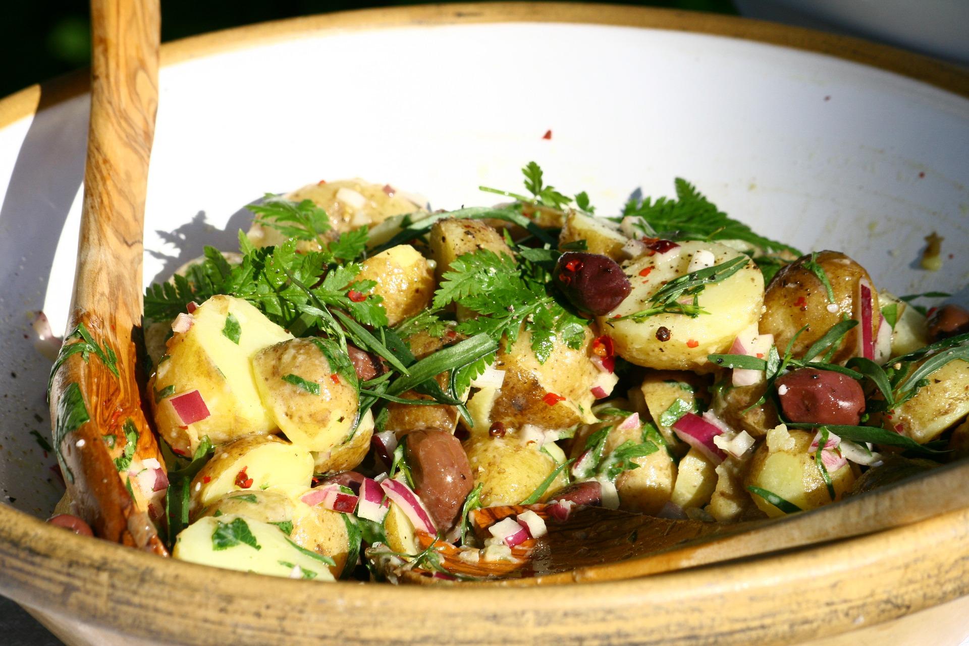 salata orientala cu ou - sfatulparintilor.ro - pixabay_com - potatoe-salad-2416127_1920
