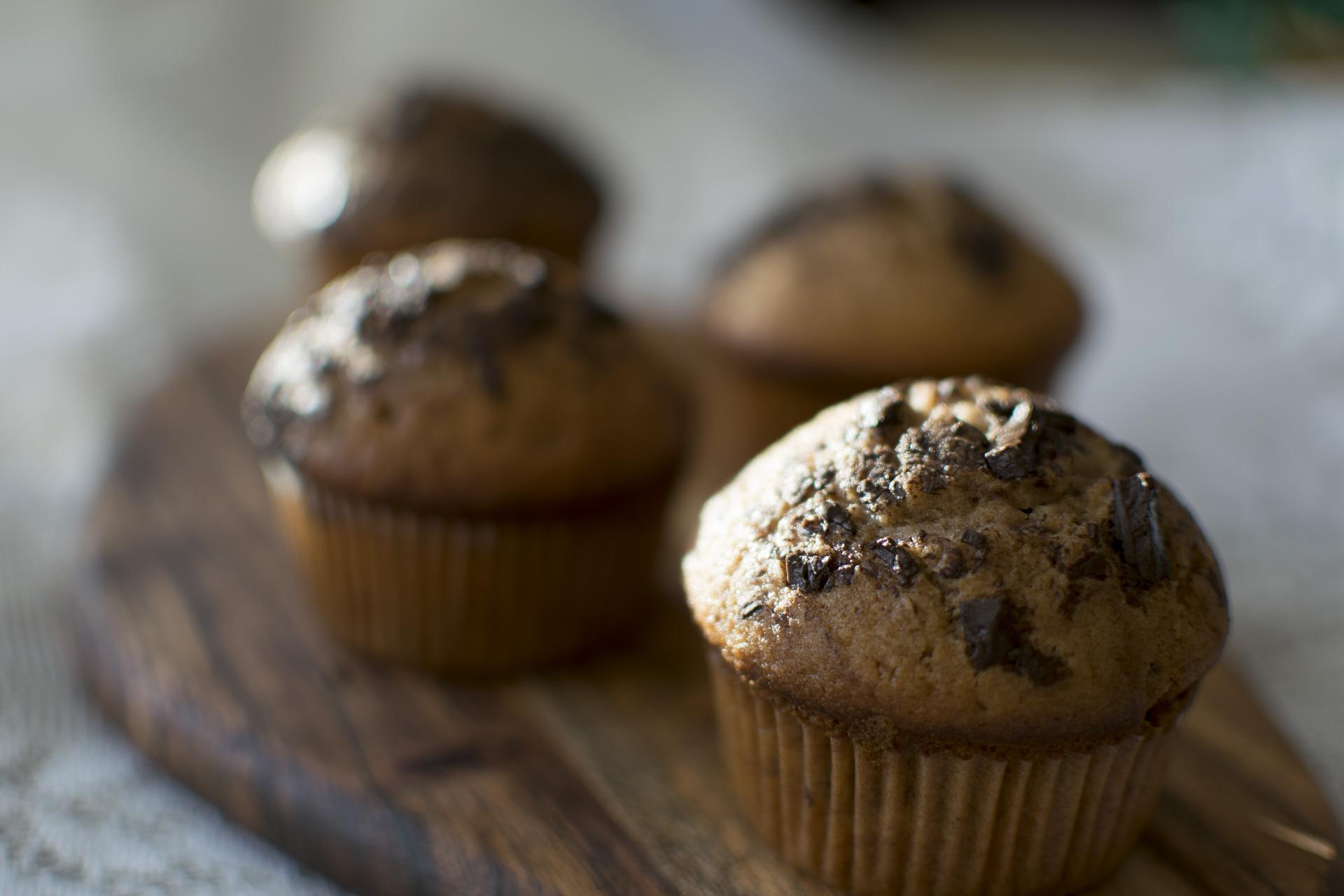 Briose cu ciocolata si stafide - sfatulparintilor.ro - pixabay_com - muffins-3736180_1920