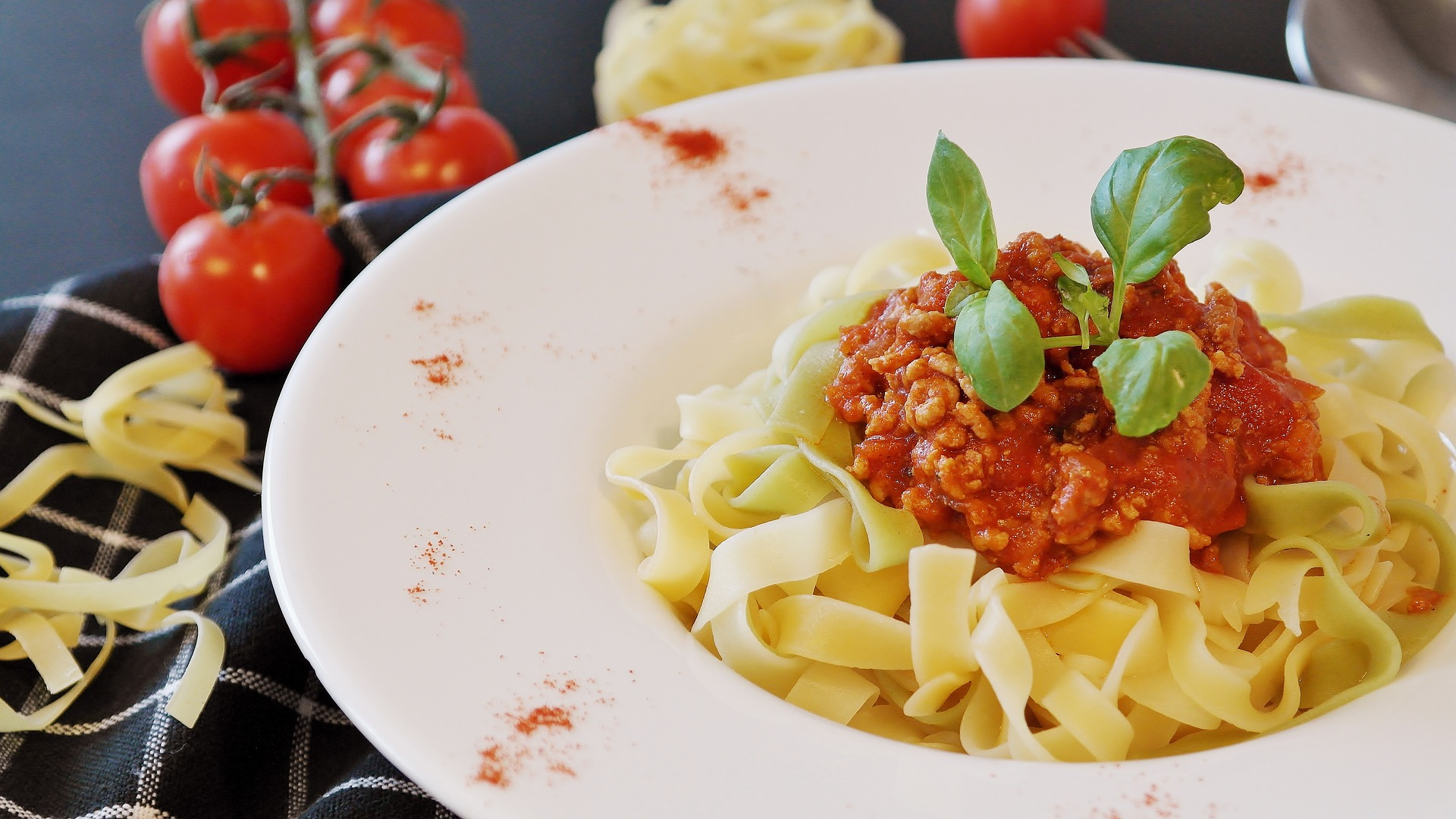 Cuiburi de paste cu sos bolognese - sfatulparintilor.ro - pixabay_com - noodles-2823942_1920