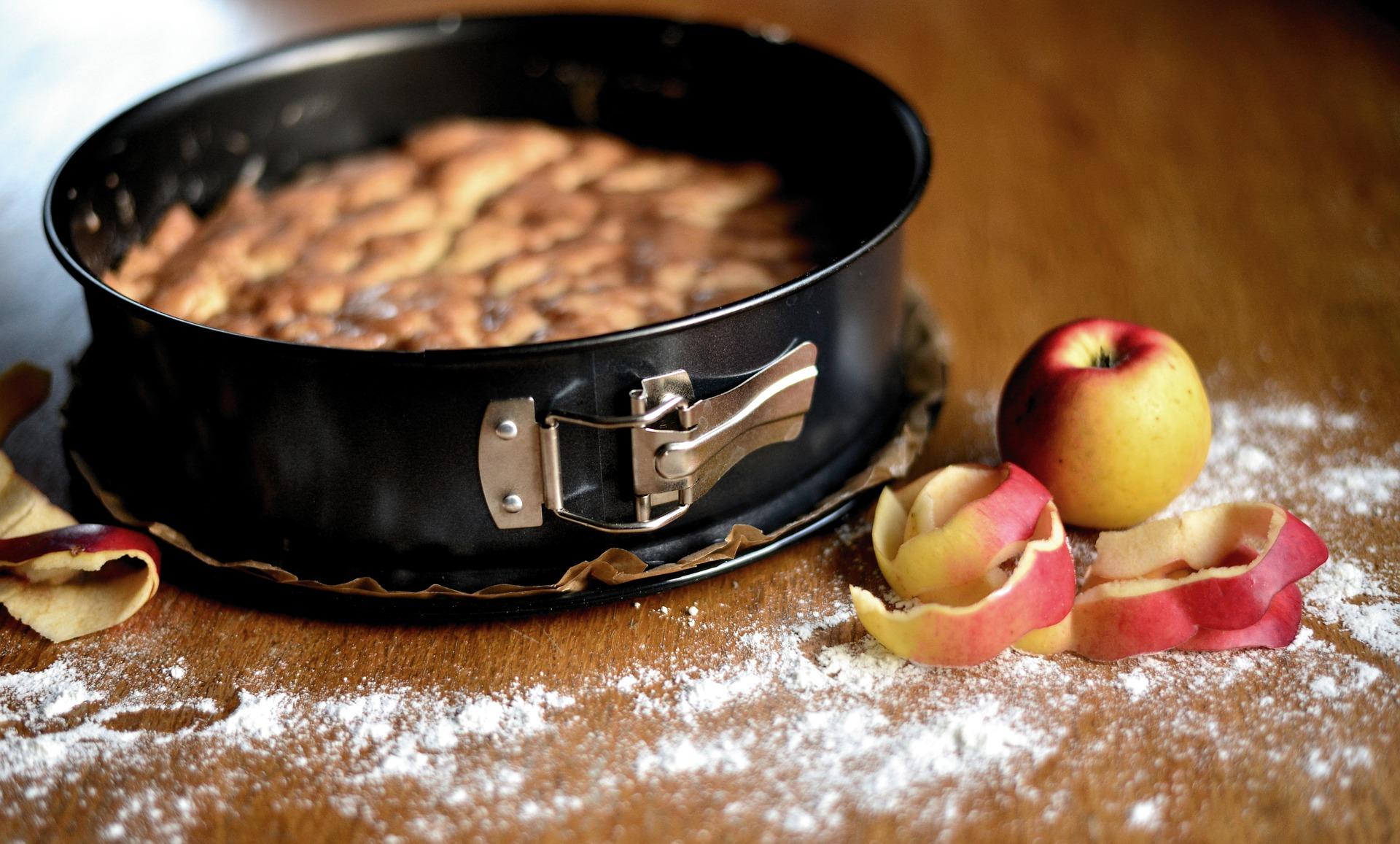 Prajitura cu mere rase si glazura de cacao