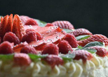 Coronita Regala cu capsuni - sfatulparintilor.ro - pixabay_com - cake-6279252_1920
