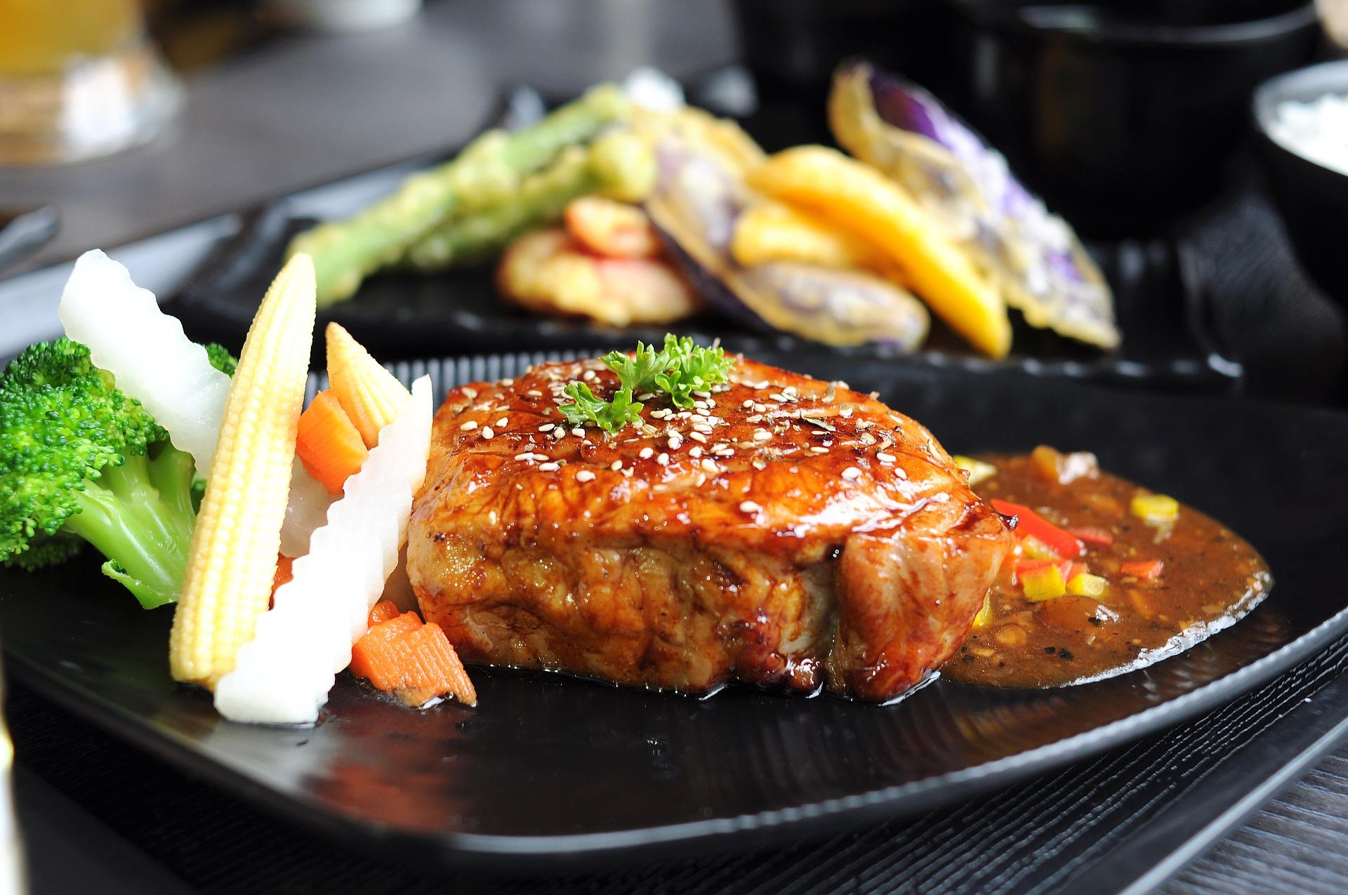 Carne de porc cu legume la cuptor
