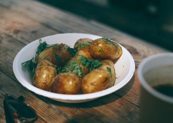 Cartofi noi cu marar si usturoi verde - sfatulparintilor.ro - pexels-maria-orlova-4947359