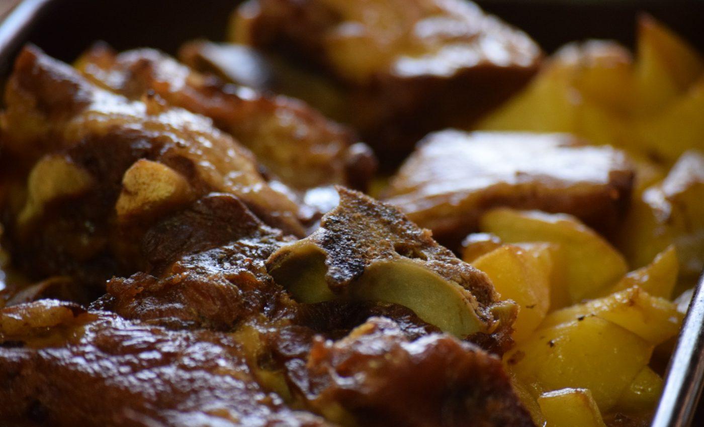 Carne de porc cu cartofi la cuptor - sfatulparintilor.ro - pixabay_com - main-course-2629258_1920