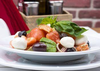 salata de pui cu masline - sfatulparintilor.ro - pixabay_com - italian-salad-2156729_1920