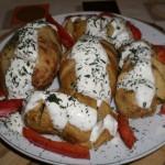 Reteta zilei: Cartofi copti cu sos de iaurt