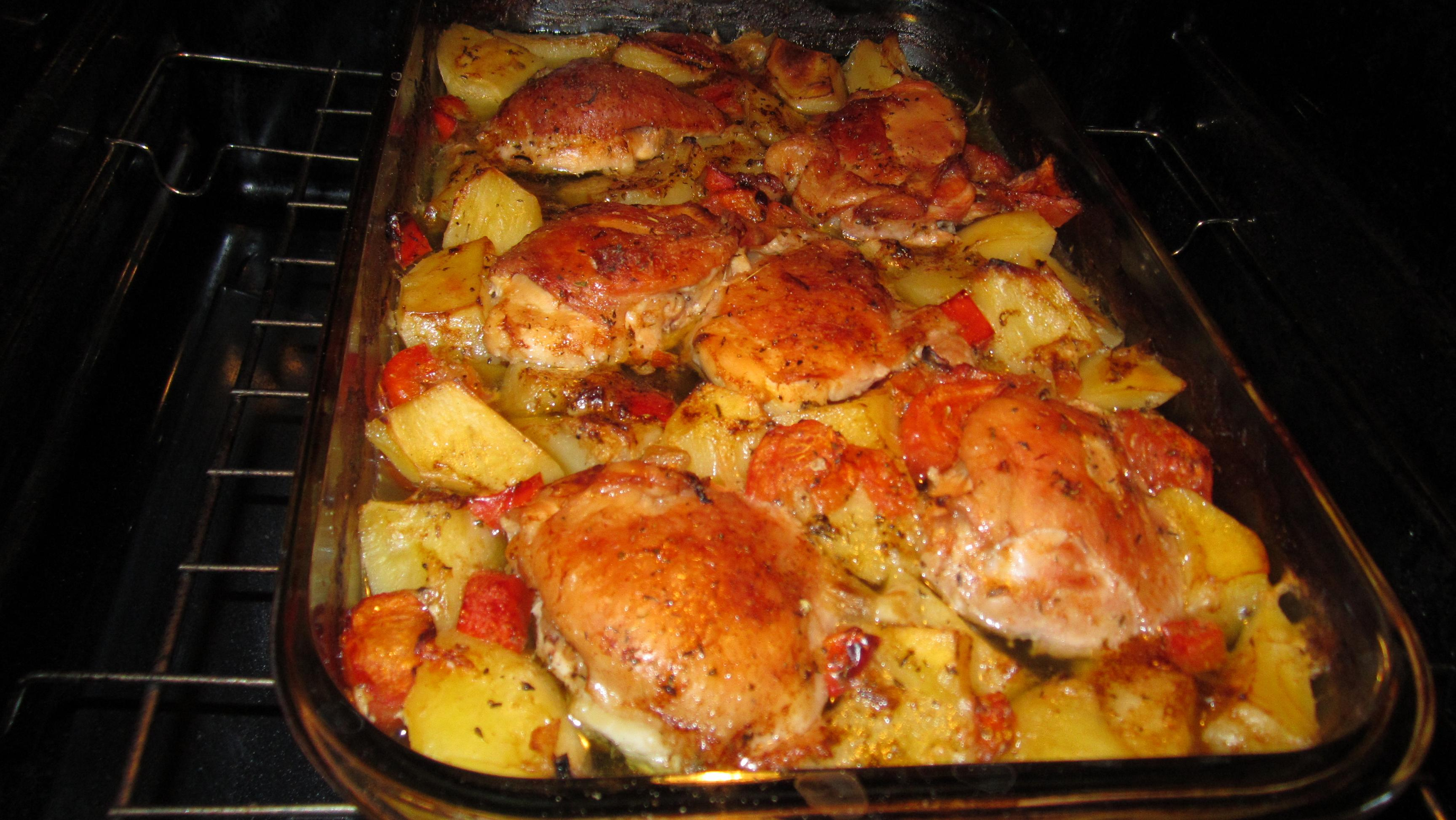Pulpe de pui si cartofi la cuptor