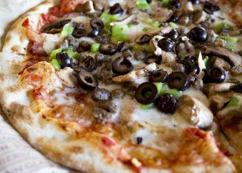 Pizza delicioasa cu sunca de pui, carnaciori si masline - sfatulparintilor.ro - pixabay_com - cheese-1869708_1920