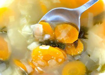 ciorbita de curcan - sfatulpariniltor.ro - pixabay_com - vegetable-soup-445160_1920