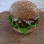 Burger cu somon si sos de avocado