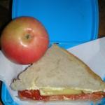Sandwich cu unt, ton si rosie