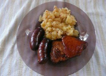 Friptura de carne afumata cu cartofi taranesti