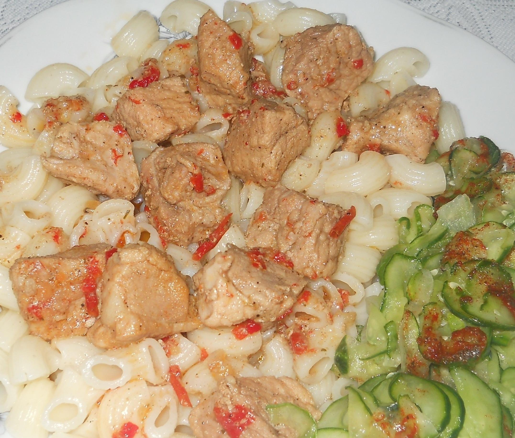 Macaroane cu carne de pui si salata de castraveti