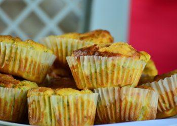Briose cu cascaval carnati afumati si gogosari murati - sfatulparintilor.ro - pixabay_com - muffins-861563_1920