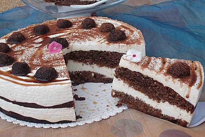 Tort cui crema fina de branzica si trufe de ciocolata