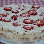 Retete de Pasti: Tort cu capsune si frisca