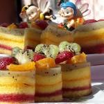 Prajitura multicolora cu fructe
