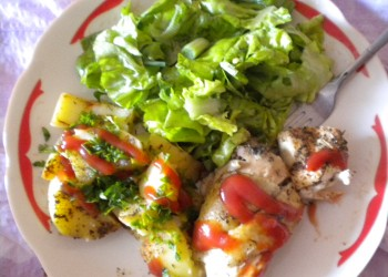 Piept pui cu garnitura de salata si cartofi natur