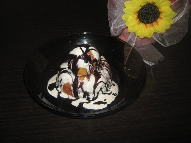Papanasi cu smantana dulceata si toping de ciocolata