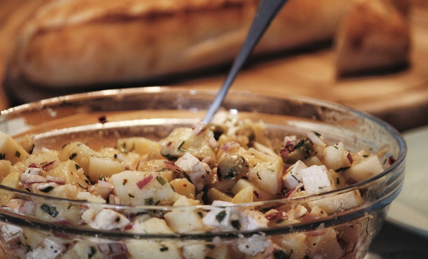 Salata de cartofi cu ou si telemea de bivolita