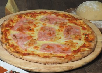 Pizza cu sunca de pui