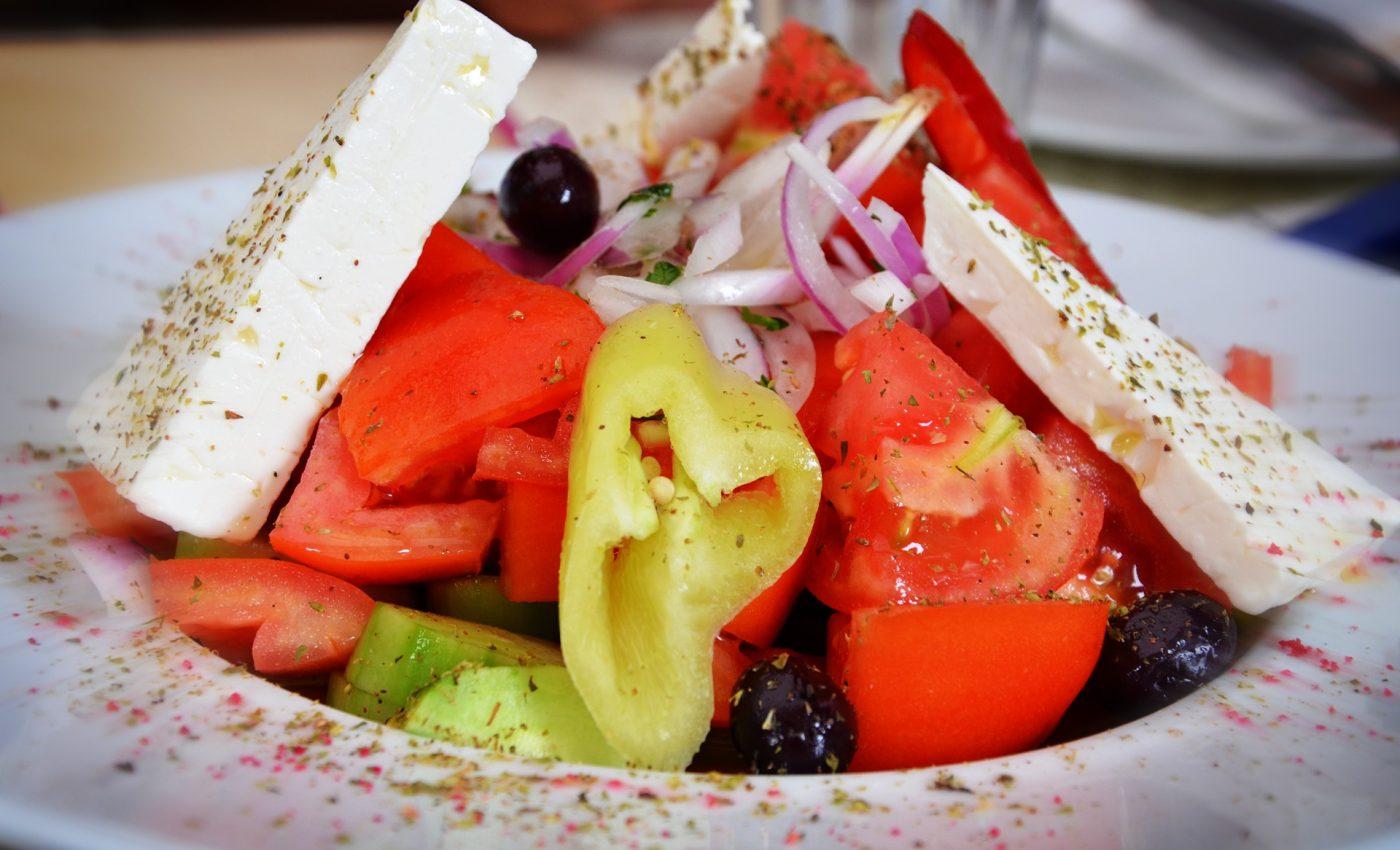 Salata cu branza feta si masline - sfatulparintilor.ro - pixabay_com- salad-2173214_1920