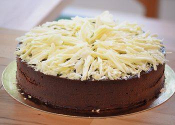 Tort pufos cu ciocolata si unt de arahide