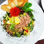Salata verde cu ton  si bulz cu carnaciori afumati