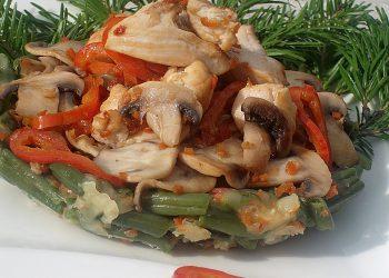 Cuib de fasole verde cu piept de pui si legume