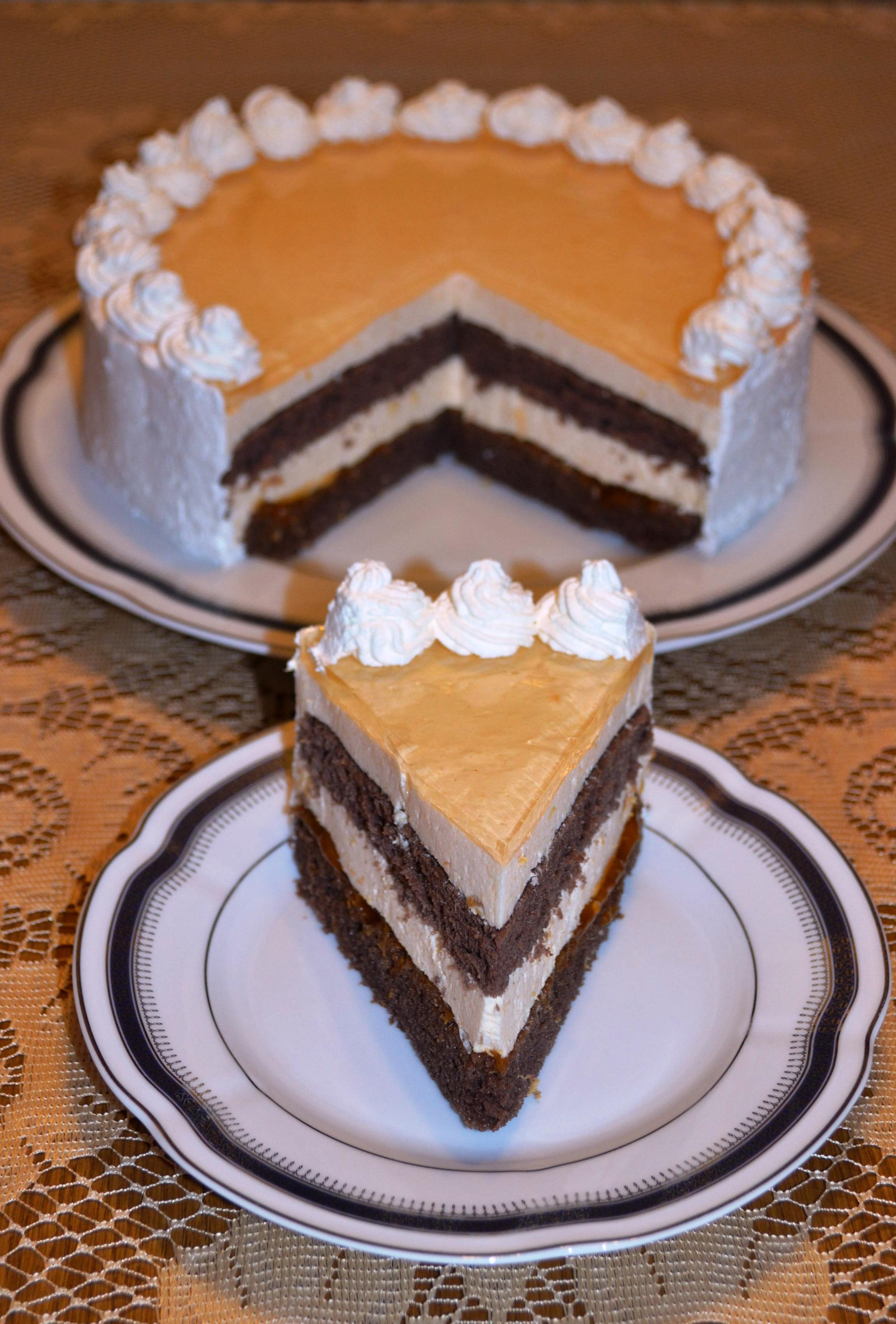 Tort cu crema de iaurt si jeleu de caise