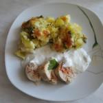 Cartofi gratinati cu piept de pui si sos de hrean