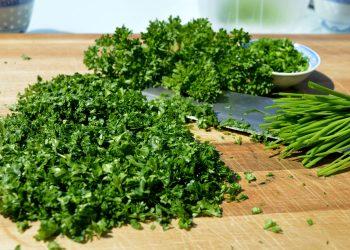 salata de patrunjel - sfatulparintilor.ro - pixabay_com - herbs-5158631_1920
