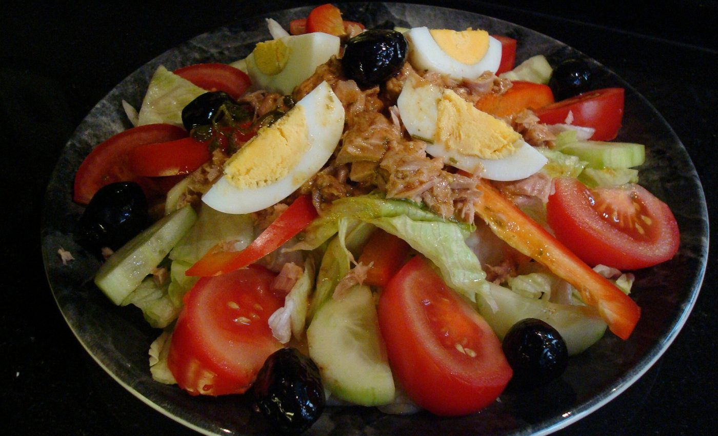 Iata o reteta de salata de legume cu ton foarte usor de preparat.