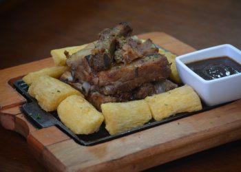 Coaste de vitel cu cartofi la cuptor