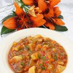 Mancare de ciuperci si cartofi in sos de rosii