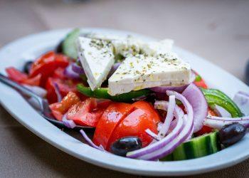 Salata greceasca cu branza feta - sfatulparintilor.ro - pixabay_com - salad-2430919_1920