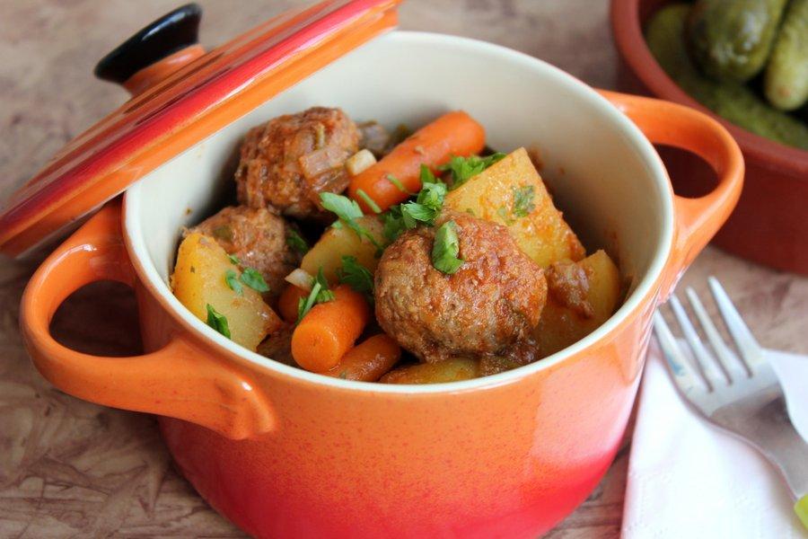 Tocanita de cartofi cu morcovei si perisoare